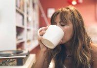 Frau beim Kaffee zu Hause — Stockfoto