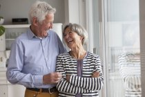 Lachendes Seniorenpaar zu Hause — Stockfoto