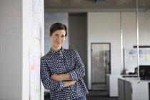 Portrait de femme d'affaires confiante avec les bras croisés debout dans le bureau — Photo de stock