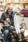 Портрет cool байкер сидить на мотоциклі з коляскою — стокове фото
