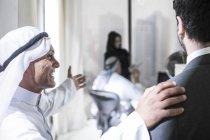 Nahen Ostens Geschäftsmann einladende westlichen Partner in Büro — Stockfoto