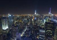USA, New York, paesaggio urbano di Midtown Manhattan di notte dall'alto — Foto stock