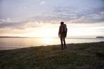 Islândia, vista traseira do caminhante olhando para a vista pelo crepúsculo — Fotografia de Stock