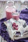 Стекло и бутылка веганский малиновое пюре — стоковое фото