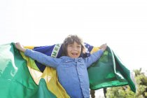 Felice bambino con bandiera brasiliana all'aperto — Foto stock