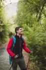 Wanderer-Mann mit Walking-Stöcke im Wald lachen — Stockfoto