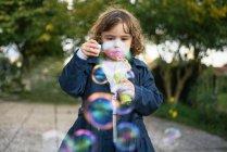 Bambina soffiando bolle di sapone — Foto stock