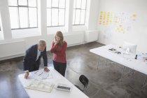 Архитекторы обсуждают проект — стоковое фото