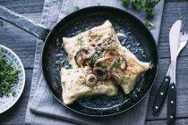 Tasche di Swabian vegetariani con cipolle arrostite in padella — Foto stock