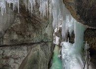 Germania, Garmisch-Partenkirchen, vista di ghiaccioli nella gola partnachklamm — Foto stock