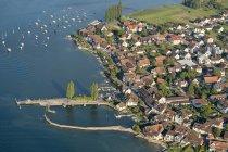 Ansicht der Stadt mit Gebäuden gegen Wasser während des Tages — Stockfoto