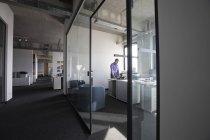 Reife Geschäftsmann arbeiten allein im Büro — Stockfoto