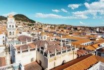 Urbanité de la Bolivie, Sucre, avec la cathédrale et d'autres bâtiments — Photo de stock