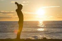 Силуэт серфера на рассвете на пляже — стоковое фото