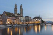 Швейцарія, Цюріх, великий собор з Ліммат в вечірні сутінки — стокове фото