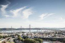 Португалия, Лисбон, вид на город с рекой Тежу и Понте-25-де-Абрил — стоковое фото