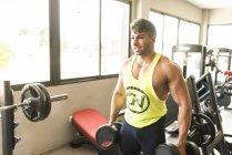 Кавказский мышечной красавец подготовки в тренажерном зале — стоковое фото