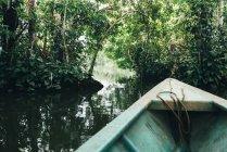 Perú, Tambopata, barco en el río Amazonas - foto de stock