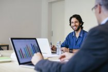 Dos hombres de negocios trabajando juntos en el cargo - foto de stock