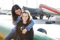 Портрет счастливая мать и дочь недалеко от гавани — стоковое фото
