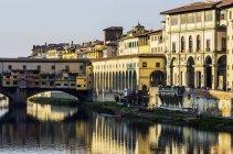 Italia, Toscana, Florencia, río Arno y el Ponte Vecchio - foto de stock