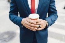 Imagem cortada de empresário segurando xícara de café — Fotografia de Stock