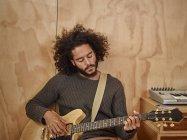 Giovane che suona la chitarra elettrica — Foto stock