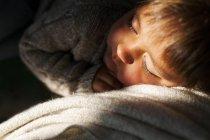 Ragazzino adorabile che dorme sul divano — Foto stock