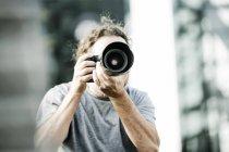 Человек фотографирует с камерой — стоковое фото