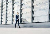 Германия, Берлин, бизнесмен на Потсдамской площади — стоковое фото