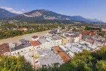 Autriche, Tyrol, Rattenberg, paysage urbain avec River Inn sur fond — Photo de stock
