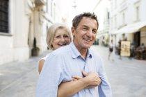 Portrait de Slovaquie, Bratislava, de l'heureux couple de personnes âgées embrassant dans la rue de la ville — Photo de stock
