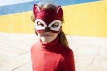 Портрет маленькой девочки в маске животного — стоковое фото