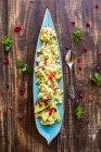 Veganer Bulgur-Salat mit Granatapfelkernen in Schüssel — Stockfoto