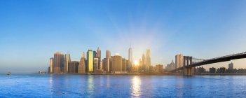 Panorama de Estados Unidos, Nueva York, de Manhattan en la luz del sol - foto de stock