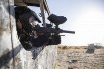 Пейнтбол гравець забарикадували у abandonated автобус, прагнучи Пейнтбол гармати — стокове фото
