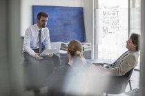 Homme d'affaires, parler aux collègues de bureau — Photo de stock