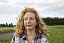 Portrait of woman looking away in countryside — Stock Photo