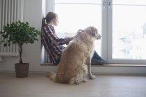 Жінка гладить собаку — стокове фото