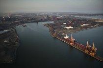 Estados Unidos, Maryland, Fotografía aérea de la antigua fábrica de acero Sparrows Point y obras de barcos en Baltimore - foto de stock