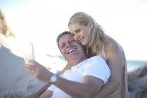 Selfie tomada de casal feliz na praia — Fotografia de Stock