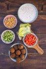 Preparación de falafel, falafel vegetariano, ingredientes en cuencos - foto de stock