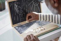 Homem com notebook de brinquedo infantil, close-up — Fotografia de Stock