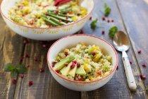 Nahaufnahme von Bulgur-Salaten mit Avocado in Schalen — Stockfoto