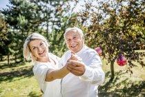 Feliz casal de idosos dançando ao ar livre — Fotografia de Stock