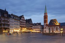 Germany, Hesse, Frankfurt, Romerberg with Fountain of Justice at night — Stock Photo