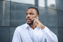 Serious businessman talking on the phone — Stock Photo