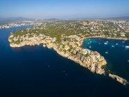 Spagna, Isole Baleari, Mallorca, Santa Ponsa, Cala d'en Guixar, Mostra della costa con edifici — Foto stock