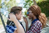 Jovem casal feliz com uma câmera antiquada ao ar livre — Fotografia de Stock