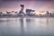 Тропический остров с песчаный пляж, чистое небо и нетронутой воды — стоковое фото